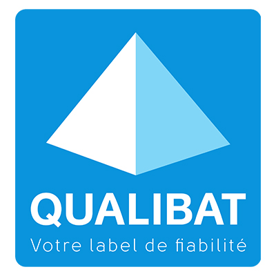 Logo qualibat bleu avec une pyramide blanche