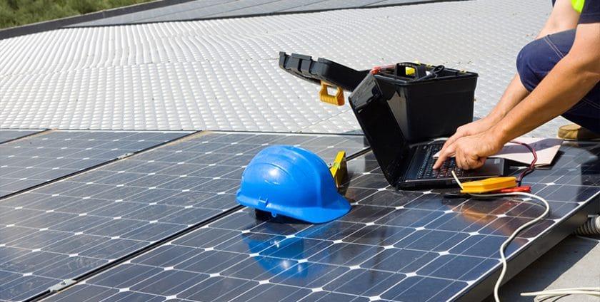 Expert dcme intervenant sur des panneaux photovoltaïques